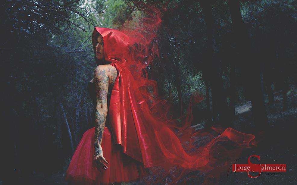 Chica tatuada en el bosque