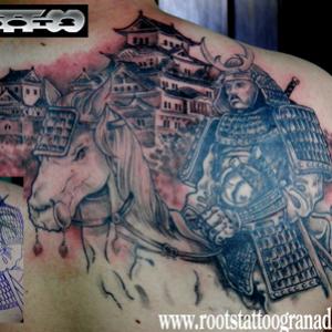 tapado de tatuaje de dragón tribal con samurai a caballo