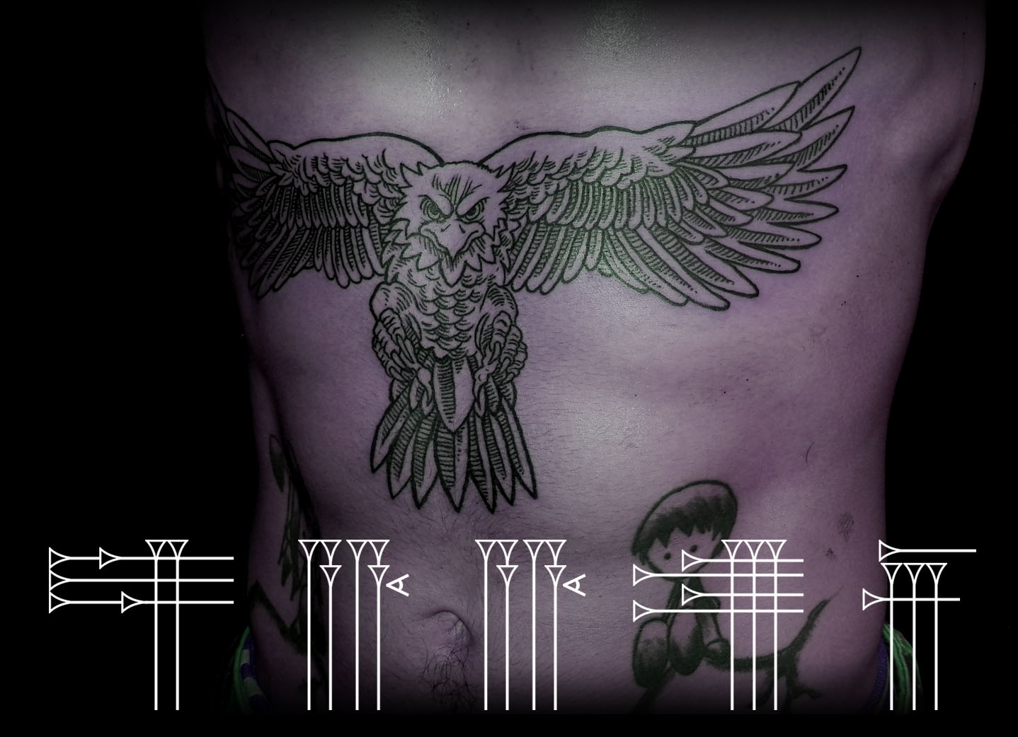 tatuaje abdomen hombre