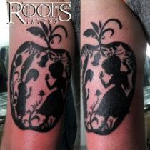 Tatuaje negro para encima del codo