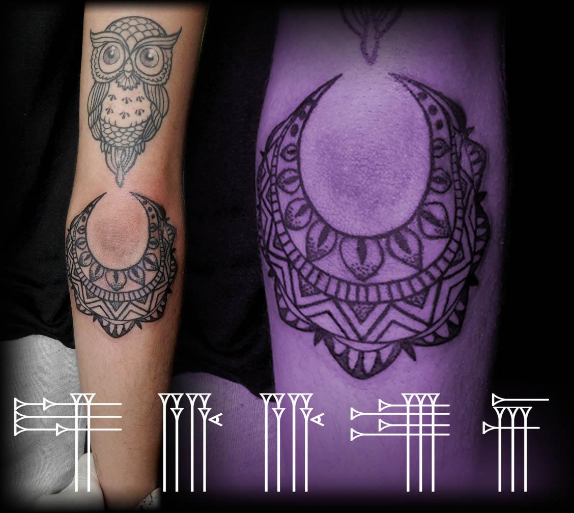 Tatuaje rodeando el codo
