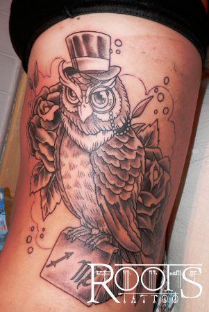 Tatuaje búho con libro, chistera, monoculo y rosas
