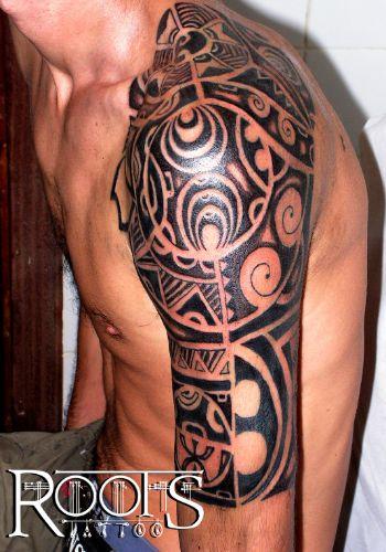 Brazo y hombro con trapecio con tatuaje maori ROOTS TATTOO GRANADA