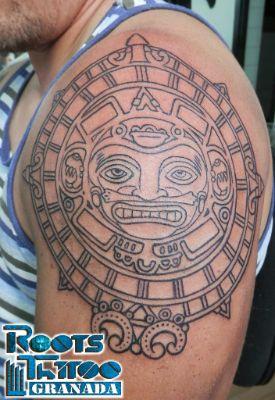 Tatuaje redondo en el hombro