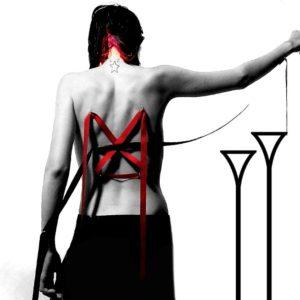 Corsel de lazos en la espalda con piercings
