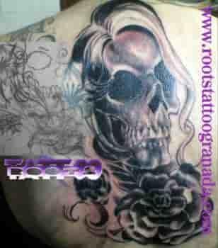 Tapado de tatuaje con calavera mujer