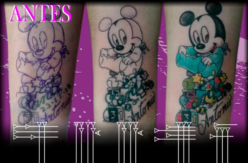 Tapado de tatuaje de nombres con ratón Miky Mouse