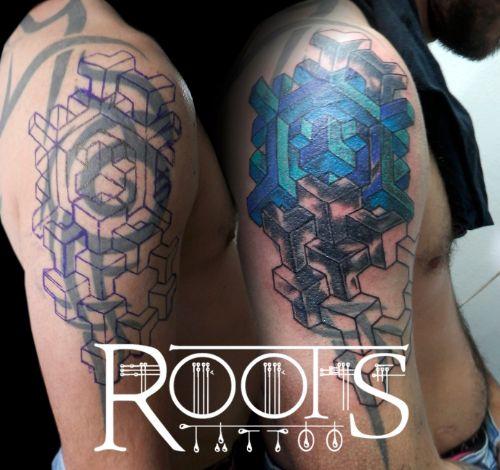 Tapado tatuaje tribal hombro