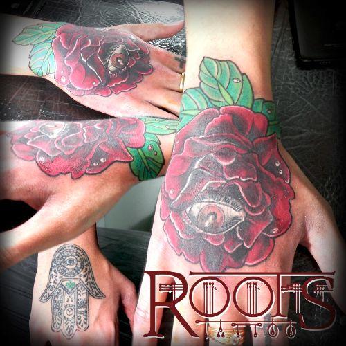 tapado dificil de tatuaje en la mano