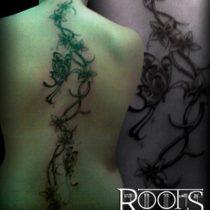 Tatuaje enredadera con mariposas