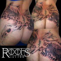 Tatuaje sombras sobre espalda y culo de chica