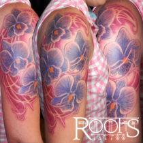 Tatuaje flores moradas medio brazo mujer
