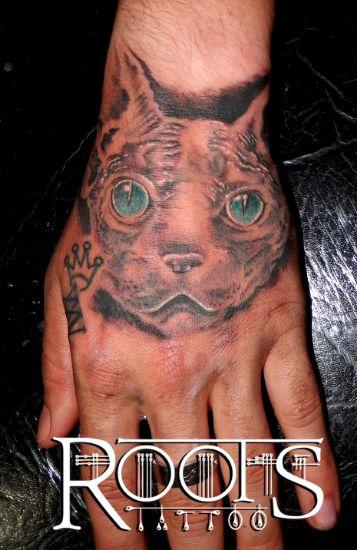 Tatuaje felino en la mano