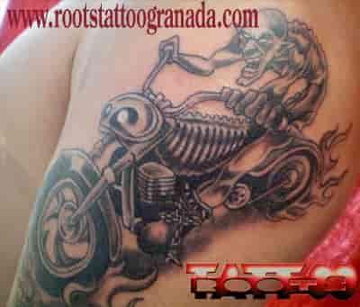 Duende en motocicleta en brazo masculino