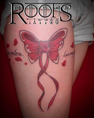 Tatuaje lazo muslo chica