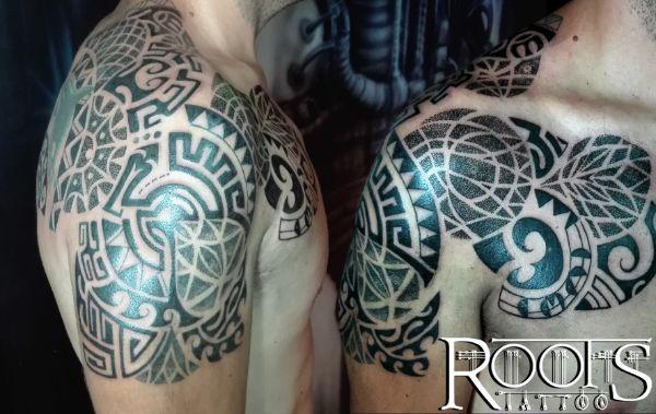 Espalda, pecho y hombro tatuado en estilo maorí