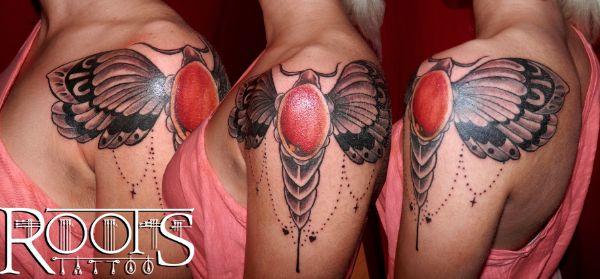 Tatuaje en hombro, pecho y espalda de chica