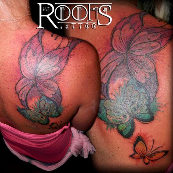 Tatuaje coverup de mariposas