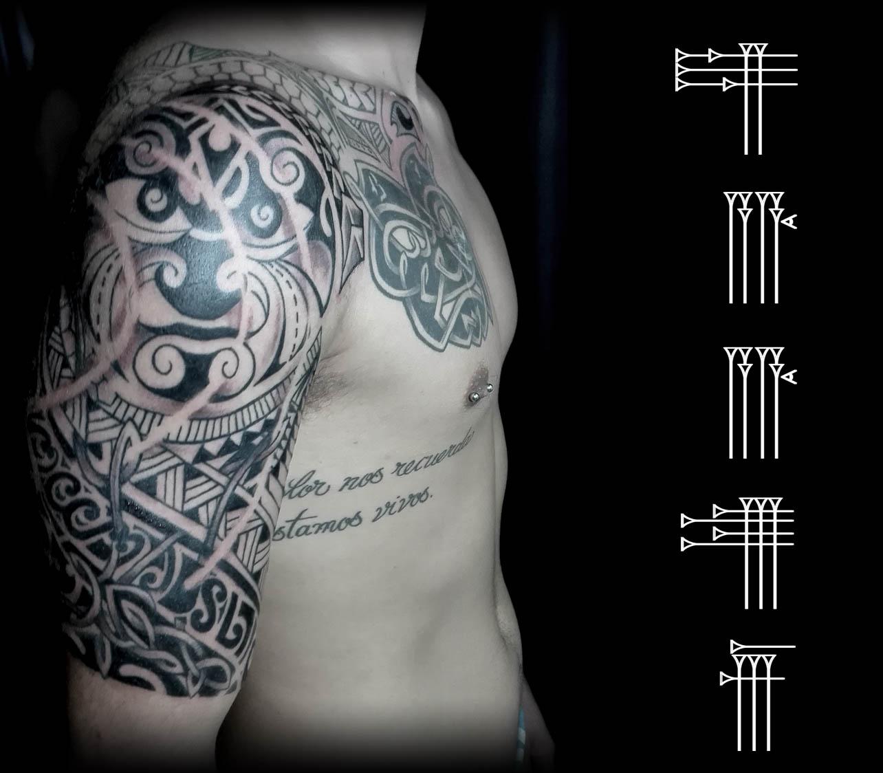 Tatuaje tribal brazo y pecho