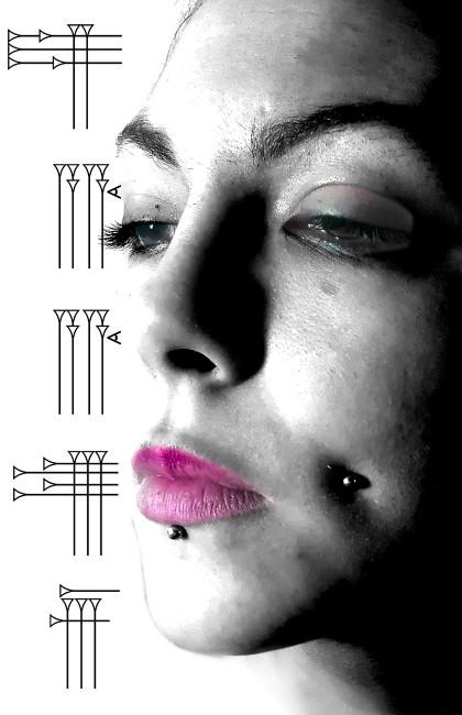 Piercings mixtos en cara de chica
