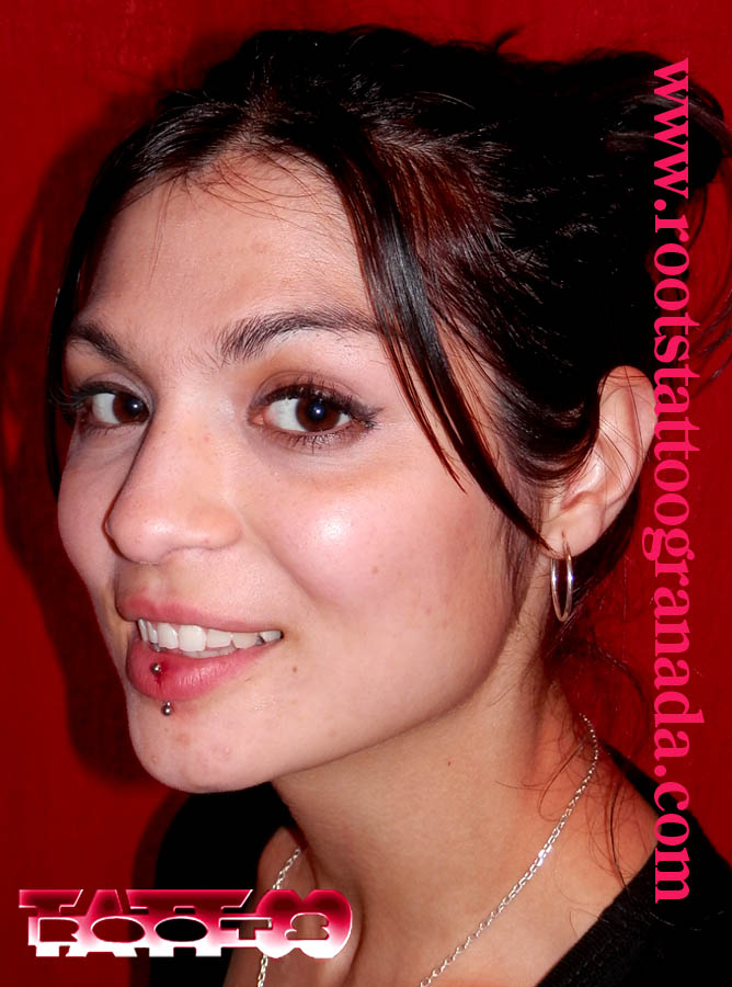 Piercing femenino, labio a través, Roots tattoo Granada