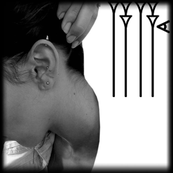 Distintos pendienes en oreja mujer