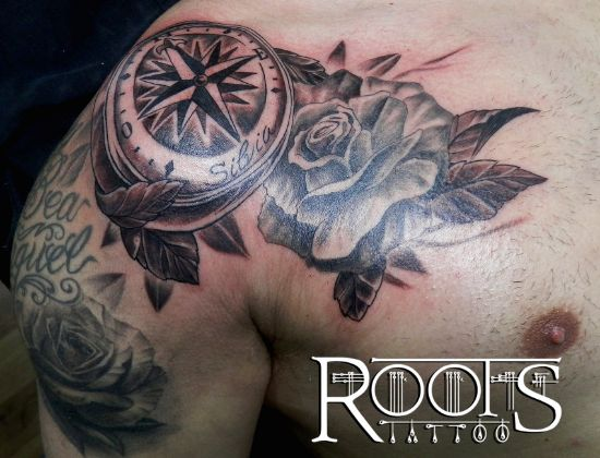 Tatuaje en sombras en hombro y pecho