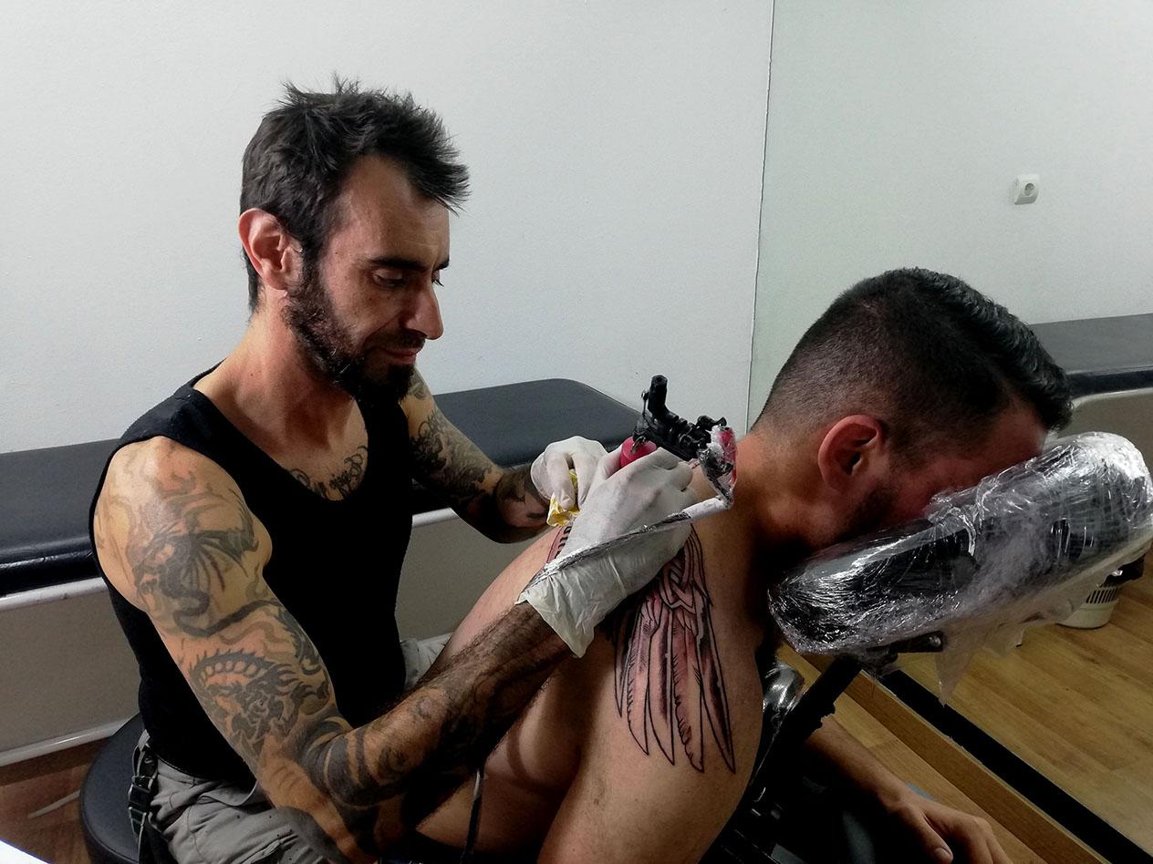 Tatuaje grande alas en espalda