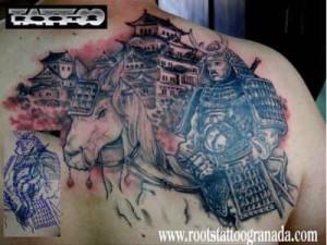 Samurai a caballo con templo estilo propio