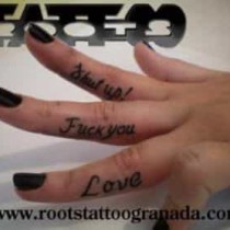 letras en los dedos