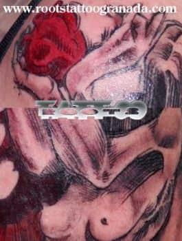 Tattoo con sombras y rojo