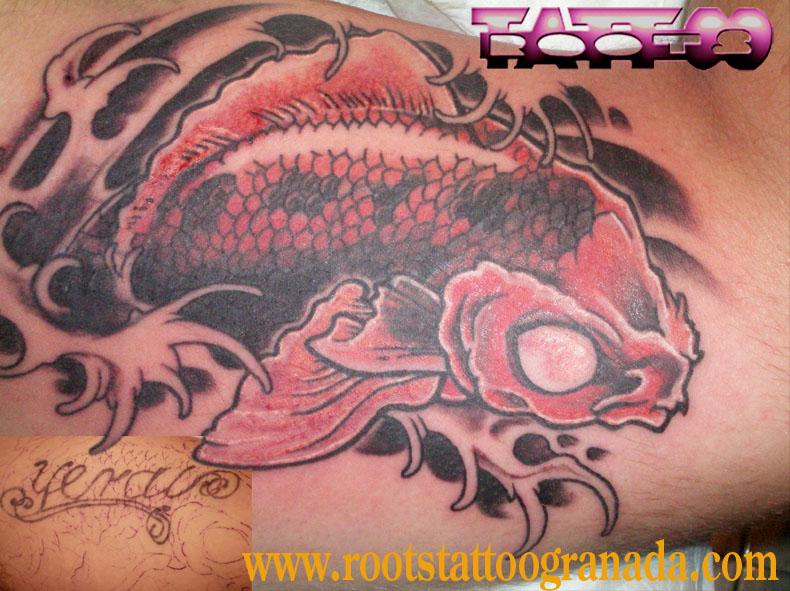 Tapado de tatuaje de letras con carpa koi japonesa a color en el interior del brazo Roots Tattoo Granada