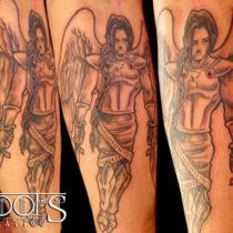 Angel con dos dagas