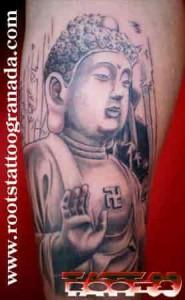 Tatuaje realista estatua de buda en piedra