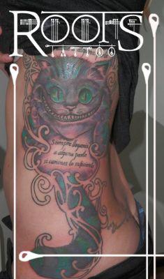 Tatuaje en el costado de mujer