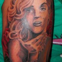 Brazo chica retrato Marilyn con rosas