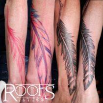 Tatuaje de pluma para brazo y mano de chica