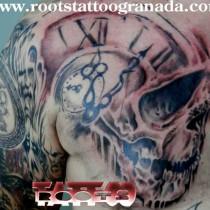 Tatuaje calavera con reloj sombras, Roots Tattoo Granada