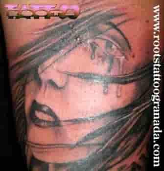 Cara de mujer tatuada