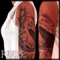 Brazo con tatuaje de ave migratoria