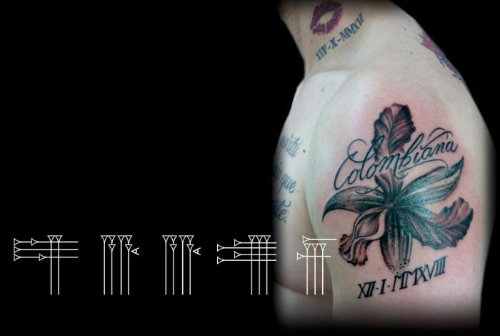 Tatuaje de flor con fecha y letras