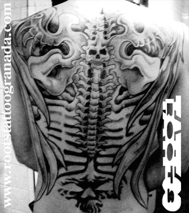 Tatuaje espalda biomecánica, máscaras, alas y costillas, calavera, espalda completa, backpiece, Roots Tattoo Granada