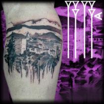 Tatuaje paisaje abocetado con líneas