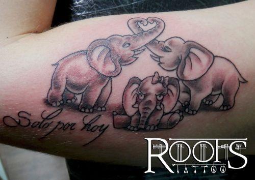 Elefanta bebé con sus padres