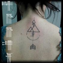 Tatuaje líneas espalda mujer
