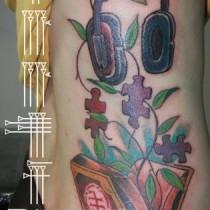 Tatuaje en color costado chica