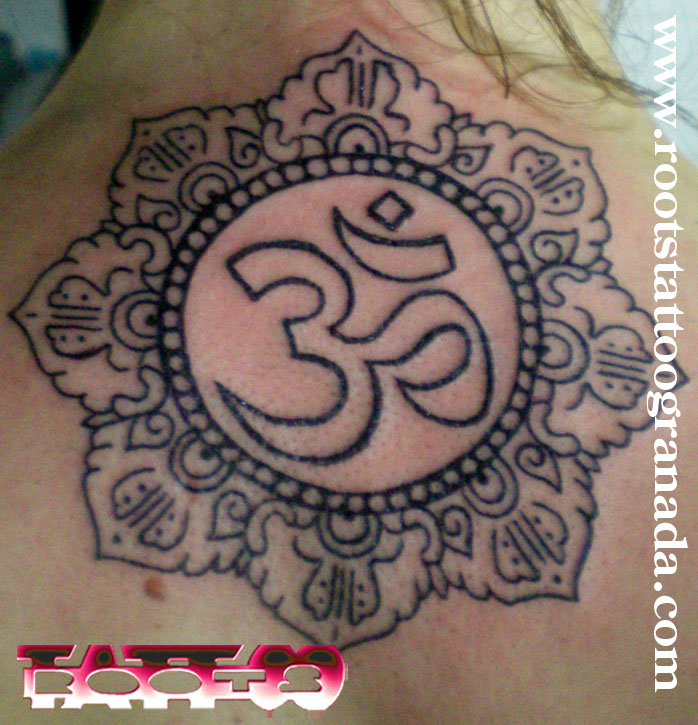 Tatuaje mandala budista con Om