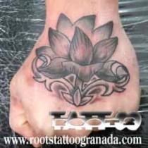 Tatuaje en grises en el puño