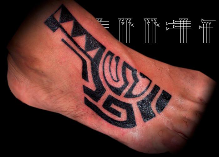 Tatuaje tribal pie de hombre