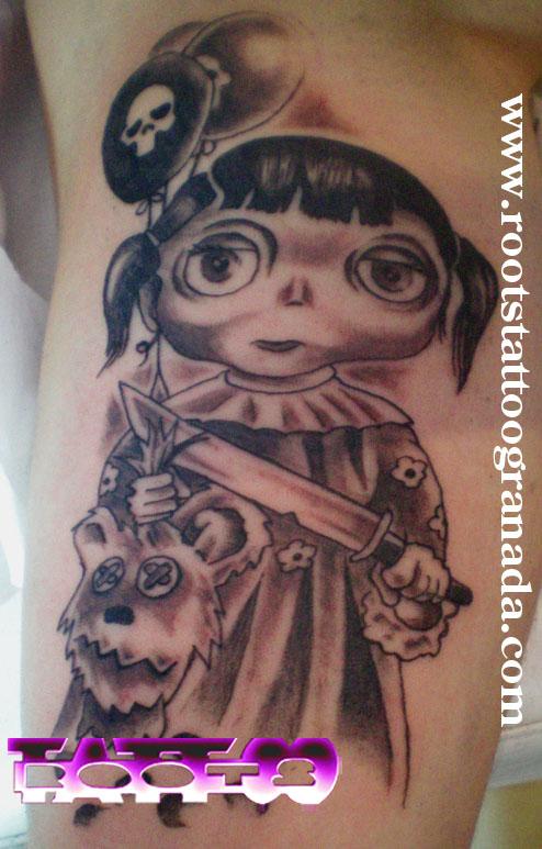 Tatuaje niña asesina con cuchillo y cabeza de oso de peluche
